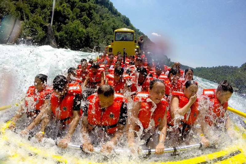 niagara falls tourists riding on whirlpool jet boat